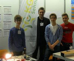 Torben, Dr. Gieska, Mike und Bastian am KGS-Stand bei Jugend forscht in Hannover.
