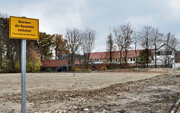 Die Fläche, auf der einst die Turnhalle der KGS stand, ist mittlerweile eingeebnet. Die Stadt hat sie jedoch nicht zum Parken freigegeben und warnt zudem vor dem Betreten.  (Eggers)