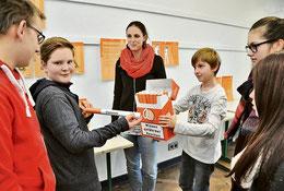 Mit Marina Schulz (großes Bild, Mitte) setzen sich Bartek (von links), Kevin, Marc-Justin, Katherina und Jaqueline mit den Inhaltsstoffen von Zigaretten auseinander. Eggers