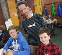 Marcel (12), Niklas Renken, Alexander (11) bei der Arbeit. Bild: Lars Dobrunz