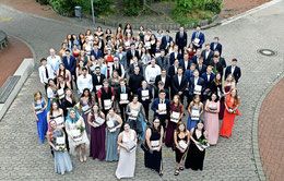 Die festlich gekleideten Abiturientinnen und Abiturienten der KGS Sehne feiern ihren Abschluss – wegen Corona unter freiem Himmel. Foto: KGS Sehnde