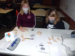 Emily und Hannah - Das Traumteam bei konzentrierter Arbeit