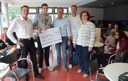 Über den Scheck freuten sich Sandra Heidrich, Tobias Fröhlich, Kay Jürgens, der Schülervertreter und Oliver Falk (v.re.) – Foto: JPH