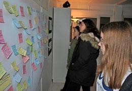 Die Besucher können ihre Gedanken zur Ausstellung zum Ausdruck bringen. Quelle: Patricia Oswald-Kipper