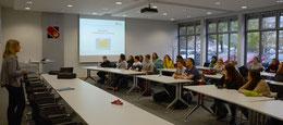 Maike Vorholt (li.) begrüßte die 23 Gäste und ihre Lehrer – Foto: JPH