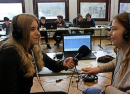 Neue Herausforderung: Isabel und Josie üben den Umgang mit der Technik, um einen Internetradiobeitrag zu erstellen. Foto: Köhler