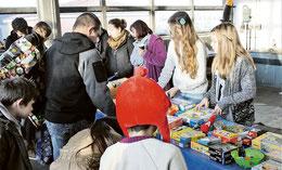 Annemarie Pommerehne, (von rechts), Charline-Sophie Wedig, Andrea Mietz und Sonja Rath geben gespendetes Spielzeug an Kinder von Tafelkunden aus. (Köhler/haz )