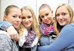 Umarmung zum Abschied: die Sehnder Schülerinnen Natalie (15, links) und Theia (15, rechts) verabschieden sich von Ruta (15, zweite von links) und Paula (14) aus Litauen. (haz)