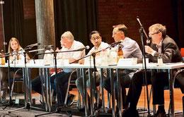 Moderatorin Carina (von links) befragt Günter Pöser (Grüne), Olaf Kruse (SPD), Sepehr Sardar Amiri (CDU), Jonas Renz (FDP) und Wolfgang Ostermeyer (AfD) zu für die KGS und Jugendliche relevanten Fragen. (Köhler/haz)