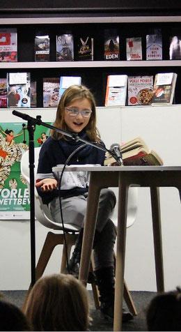 """Svenja Bruns bringt """"Die Glücksbäckerei - das magische Rezeptbuch"""" zu Gehör. (Foto: Köhler)"""