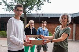 Schülervertretung der KGS übergibt Geschenke an krebskranke Kinder.