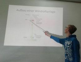 Keno Schoeppe hält seinen Vortrag über Windkraftenergie.