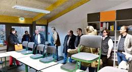 Nach dem Brand: Politiker besuchen auf Einladung der Stadt die renovierten Räume des O-Traktes der KGS. (Jarolim-Vormeier )