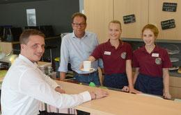 Im Schülercafé freuen sich Emily Bartels, Malisa Koch, Kay Jürgens über den Besuch von Oliver Falk (v.li.) – Foto: JPH