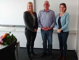 Bettina Conrady (re.) und Christina Petersen (li.) verabschiedeten Dietmar Hoffmann in den Ruhestand – Foto: Stadt Sehnde