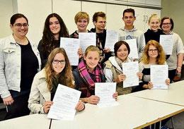 Zertifikate für die Mentoren: Daniela Hinz (links) und Sandra Heidrich (rechts) freuen sich mit den Oberstufenschülern. (Eggers)