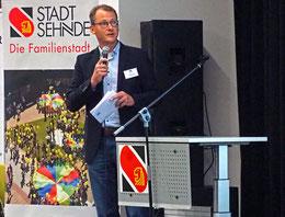 Die Steuerberatungsgesellschaft mit Jan EIke Busse machte den Anfang der Vorstellung – Foto: JPH