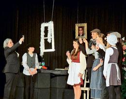Am Ende siegt das Gute: Scrooge (von links) ist von seinem Geiz geheilt. Das feiert er mit Tiny Tim, Annie und Bob Cratchit, Julie und Martha. (Foto: Hanke)