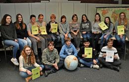 Gruppenbild mit den ersten und zweiten Siegern des Geografiewettbewerbs aus dem achten KGS-Jahrgang. Rechts unten sitzt Gewinner Lucas Wagner. Foto: Eggers