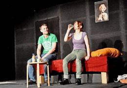 """""""Mit zwei, drei Bier im Bauch ist es echt lustig"""": Stefan (Janning Sobotta) verführt Steffi (Sonja Elisabeth Martens) zum Trinken. Foto: Katja Eggers"""