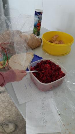 Auch Speisen aus verschiedenen Herkunftsländern werden gekostet.