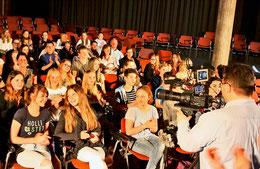 Und Action: Kameramann Andreas Barthel filmt den Beifall für den Beginn des fiktiven Theaterstücks. Regisseur Lars Oppermann (kleines Bild) hatte den KGS-Schülern zuvor die entsprechenden Anweisungen gegeben. (Köhler/haz)