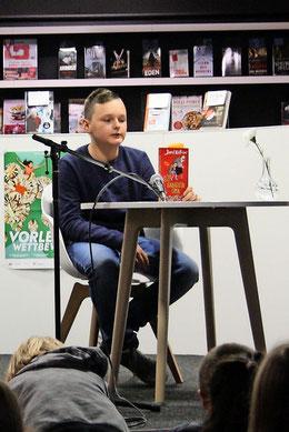 """Henrik Wittchen entlockt seinen Zuhörern mit der """"Gangsteroma"""" von David Williams so manchen Lacher. (Foto: Köhler)"""