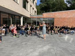 Das KGS-Blasorchester spielt zur Begrüßung