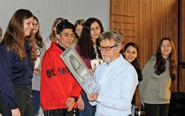Überwältigende Ehrung: Ein Schüler der Sprachlernklasse überreicht Michael Gollert ein Porträtbild zum Abschied.  (Foto: Ebeling/HAZ)