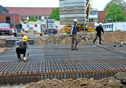 Die Fläche des Schulanbaus ist schon deutlich erkennbar. Die Bodenplatte muss wegen des schwierigen Untergrunds besonders stabil sein. Quelle: Patricia Oswald-Kipper