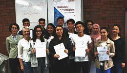 Erfolgreich gelernt: Die Schüler aus dem Iran, dem Irak, Syrien, Vietnam und Afghanistan haben das Deutsche Sprachdiplom bekommen. Foto: Köhler