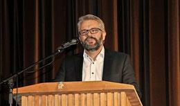 Rückblick am Rednerpult: Carsten Milde hat bei seiner Verabschiedung das letzte Wort. Foto: Eggers