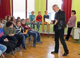 Mit viel Engagement und bei großer, gespannter Ruhe trug Werner Färber seine lustigen, pointierten Gedichte vor – Foto: JPH