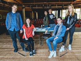 Victor, Pauline, Lukas, Jonas, Svea, Lisa (von links) von der Theater AG sind einige der Schauspieler, die für das zweite Krimidinner auf der Bühne stehen werden.