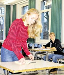 Antonia Mögebier (17) und Maximilian Arnhold (18) proben ihre Rollen als Elizabeth und John Proctor. (Schütz)