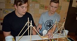 Joshua (links) und Lucas haben allerlei erfunden, auch eine Notenauslosungsmaschine. Foto: Achim Gückel