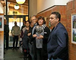 Stefan Bahls (von rechts) von der KGS und Ines Raulf von der Stadt erklären den Gästen die Ausstellung. Foto: Michael Schütz