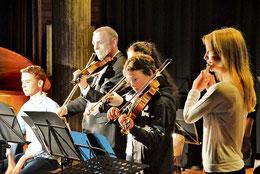 Das Folk-Jugendorchester musiziert unter der Leitung von Michael Möllers. (Gückel/HAZ)