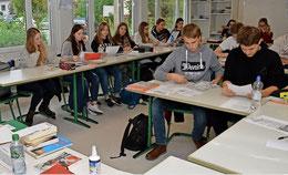 Die Schüler sehen sich das mitgebrachte Material interessiert an.  (Fotos: Oliver Kühn)