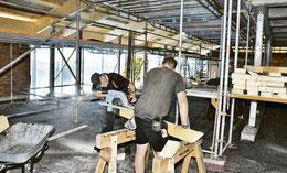 Im O-Takt im Obergeschoss, wo das Feuer ausbrach, haben Handwerker neue Deckenbalken eingezogen und den Asbest an den Stahlträgern ersetzt. (HAZ)