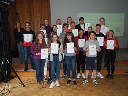 Stolz präsentieren die Schülerinnen und Schüler der Klasse 9GC ihre Urkunden (Foto: GLA)