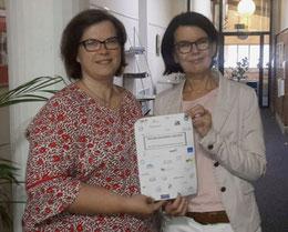 Sandra Heidrich (li.) und Evelyn Gröhe mit der Gründungsurkunde vertreten die KGS Sehnde im Netzwerk – Foto: Privat