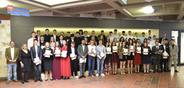 Die Klassen 10KA, KB und KC mit ihren Abschlusszeugnissen (Foto: THB)