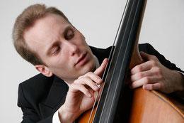 Thiemo Fröhlich liebt und hasst seinen Kontrabass – Foto: Jo Tietze