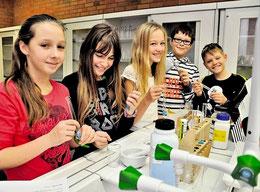 Viel Platz für junge Forscher: Jenny (11, von links), Lucie (11), Joleen (11), Yannik (11) und Timon (11) nehmen den frisch sanierten Vorbereitungsraum für Chemie in Beschlag.(haz)