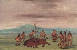 Vor der Jagd tanzen Sioux um die Silhouette eines ins Gras gezeichneten, von Speeren durchbohrten Bisons.