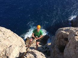 Abseilen für die Kletterrouten am Cap Creu