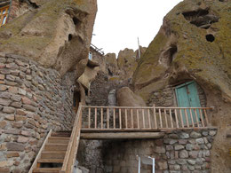 In den Tuffstein gehauene Behausungen in Kandovan