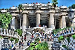 """""""Le parc Güell : une des oeuvres du célèbre architecte catalan Antoni Gaudi. Il restera parmi les plus beaux trucs que j'aurai vus dans ma vie."""" (p.103)"""