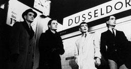 """""""Le groupe allemand Kraftwerk. Les pionniers de la musique électronique."""" (p.175) ♫ Trans-Europe Express"""
